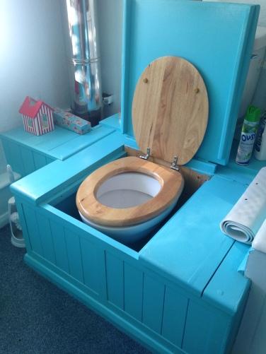 wc dans caisson de bois dans un joli cottage anglais
