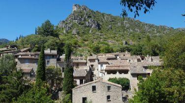 Saint Guilhem le Désert a une atmosphère particulière. C'est un petit joyau historique niché dans un écrin de verdure, de roche et d'eau.
