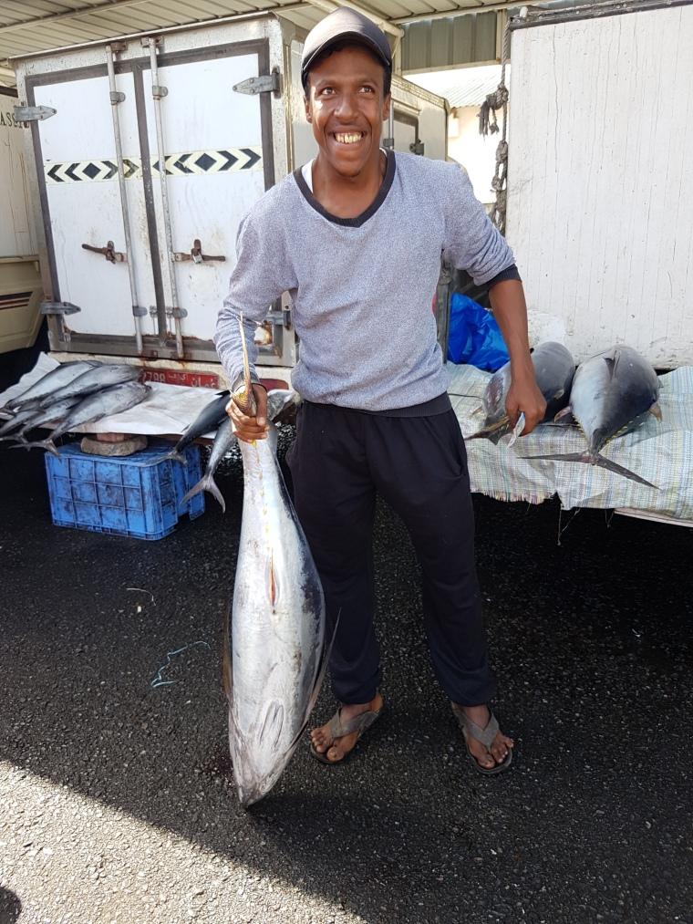 Sur le marché aux poissons de muscat il n'y a pas que du poissons mais aussi de beaux sourires