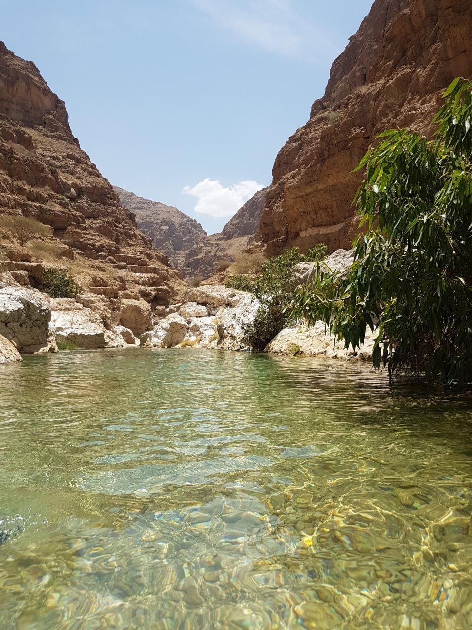 Wadi shab à Oman par elle a 40 ans